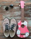 La ropa, las gafas de sol, y los zapatos del hombre ponen en el fondo de madera del vintage, imagen de archivo libre de regalías