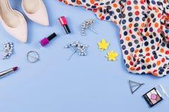 La ropa, los cosméticos y los accesorios del otoño de la mujer ponen completamente Concepto femenino de la moda de la caída Visió fotos de archivo