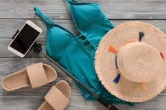 La ropa para mujer, accesorios, sombrero de paja de los zapatos, verde azul nada Imágenes de archivo libres de regalías