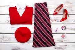 La ropa roja del invierno del ` s de las mujeres mira en fondo de madera Fotos de archivo libres de regalías