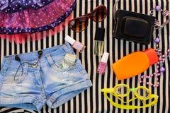 La ropa y los accesorios de las mujeres del verano Foto de archivo libre de regalías