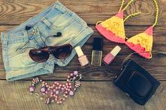 La ropa y los accesorios de las mujeres del verano para su día de fiesta del mar Imagen de archivo