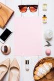 La ropa y los accesorios de las mujeres en un fondo blanco fotografía de archivo libre de regalías