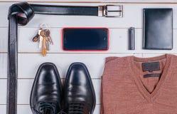 La ropa y los accesorios de los hombres en el fondo rústico de madera Fotografía de archivo