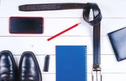 La ropa y los accesorios de los hombres en el fondo rústico de madera Imágenes de archivo libres de regalías