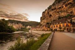 La Roque Gageac au coucher du soleil, un village de troglodyte en France photographie stock