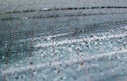 La rosée sur la surface de voiture est blanc grisâtre photographie stock