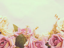 La rosa artificial de la púrpura florece con el fondo de la frontera de la copia del espacio fotografía de archivo libre de regalías