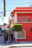 La rosa brillante coloreó el edificio en Puerto Penasco, México foto de archivo libre de regalías