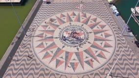 La rosa dei venti famosa al monumento delle scoperte Lisbona Belem - LISBONA/PORTOGALLO - 14 giugno 2017 archivi video