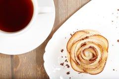La rosa deliziosa ha modellato il dolce della pasta sfoglia con le mele Fotografia Stock