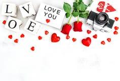 La rosa rossa fiorisce il giorno di biglietti di S. Valentino di amore della decorazione dei cuori Fotografia Stock