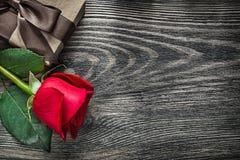 La rosa rossa ha avvolto la scatola attuale sulle feste di legno c dello spazio della copia del bordo Fotografie Stock Libere da Diritti