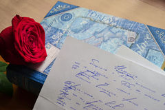 La rosa rossa si trova su un amore Fotografie Stock