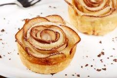 La rose délicieuse a formé des gâteaux de pâte feuilletée avec des pommes Images libres de droits