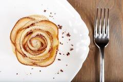 La rose délicieuse a formé le gâteau de pâte feuilletée avec des pommes Photo stock