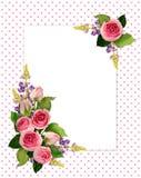 La rose de rose fleurit et bourgeonne des dispositions faisantes le coin et une carte Photographie stock libre de droits