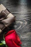La rose de rouge a enveloppé la boîte actuelle sur le concept de vacances de conseil en bois Image stock