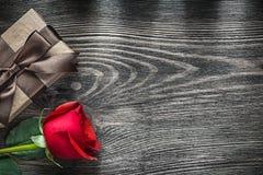 La rose de rouge a enveloppé le boîte-cadeau sur le concept de célébrations de conseil en bois Photo libre de droits