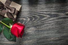 La rose de rouge a enveloppé le boîte-cadeau sur le concept de vacances de conseil en bois Photographie stock libre de droits