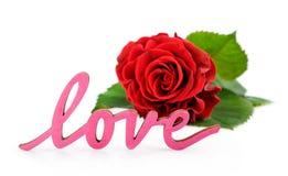 La rose de rouge et le mot en bois rose 'aiment' Photos libres de droits