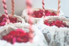 La rose de rouge fleurit dans le panier blanc pour le jour du mariage   Fond de décoration de bonheur de célébration Images stock