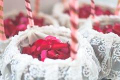 La rose de rouge fleurit dans le panier blanc pour le jour du mariage   Fond de décoration de bonheur de célébration Photographie stock