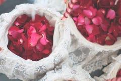 La rose de rouge fleurit dans le panier blanc pour le jour du mariage   Fond de décoration de bonheur de célébration Photos libres de droits