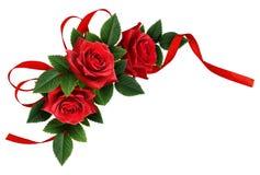 La rose de rouge fleurit et la disposition en soie de coin d'arc de ruban photo libre de droits