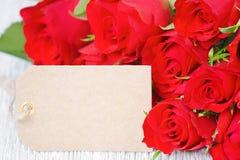 La rose de rouge fleurit le bouquet et une carte pour le texte Image libre de droits