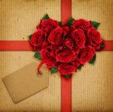 La rose de rouge fleurit le coeur et un ruban avec l'étiquette Photographie stock