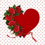 La rose de rouge fleurit sur la carte de papier de forme de coeur Images libres de droits