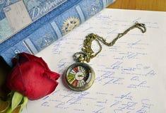 La rose de rouge se trouve sur un amour Images stock