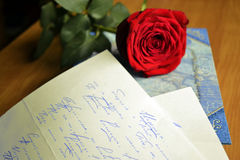 La rose de rouge se trouve sur un amour Photos stock