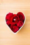 La rose et la bague à diamant de rouge à l'intérieur du coeur forment la cuvette Photo libre de droits