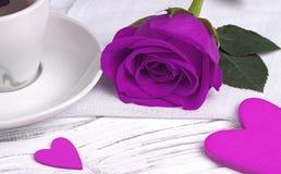 La rose et le coeur de pourpre forment sur le fond en bois blanc, concept de jour du ` s de valentine, symbole d'amour Photo stock