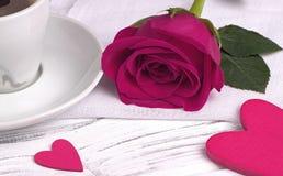 La rose et le coeur de rouge forment sur le fond en bois blanc, concept de jour du ` s de valentine, symbole d'amour Photographie stock