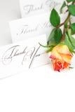La rose jaune de rouge et une carte vous remercient Photos stock