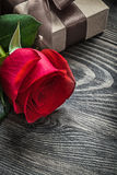 La rose parfumée de rouge a enveloppé le boîte-cadeau sur le conce de vacances de conseil en bois Photographie stock