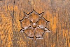 La rose sainte a découpé dans une surface en bois Images libres de droits