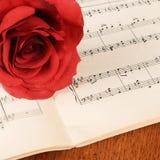 La rose sur des carnets avec des notes Photographie stock libre de droits
