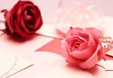 La rose sur le modèle de carte de voeux du coeur pour la valentine et beau Photos stock