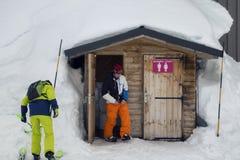 LA ROSIERE, FRANCIA - 9 DE MARZO DE 2018: esquiador que usa el retrete en el sl Fotografía de archivo
