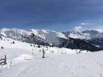 La Rosiere i fjällängarna på skida sluttar mycket snöig med skidar poler i förgrunden Arkivbilder