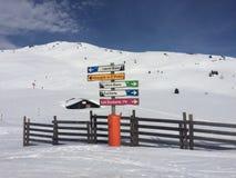La Rosiere i fjällängarna på skida sluttar mycket snöig med skidar poler i förgrunden Arkivfoton