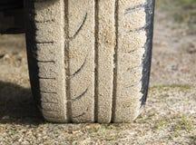 La rotella di automobile ha attaccato in sabbia Fotografia Stock Libera da Diritti