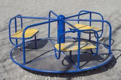 La rotonda dei bambini (girotondo) sul campo da giuoco Immagine Stock