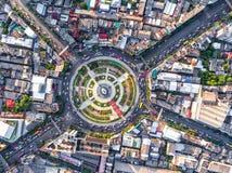 La rotonda della strada di vista aerea con l'automobile divide Wongwian in lotti Yai in Bangko immagini stock