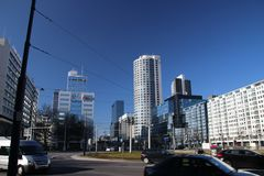 La rotonda famosa con la strada ed i tram ha nominato Hofplein con la fontana nel mezzo Rotterdam del centro nei Paesi Bassi immagine stock