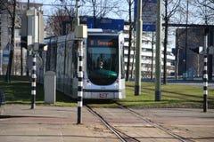 La rotonda famosa con la strada ed i tram ha nominato Hofplein con la fontana nel mezzo Rotterdam del centro nei Paesi Bassi fotografie stock libere da diritti
